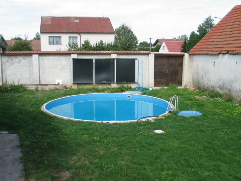 omsloten binnenplaats met zwembad